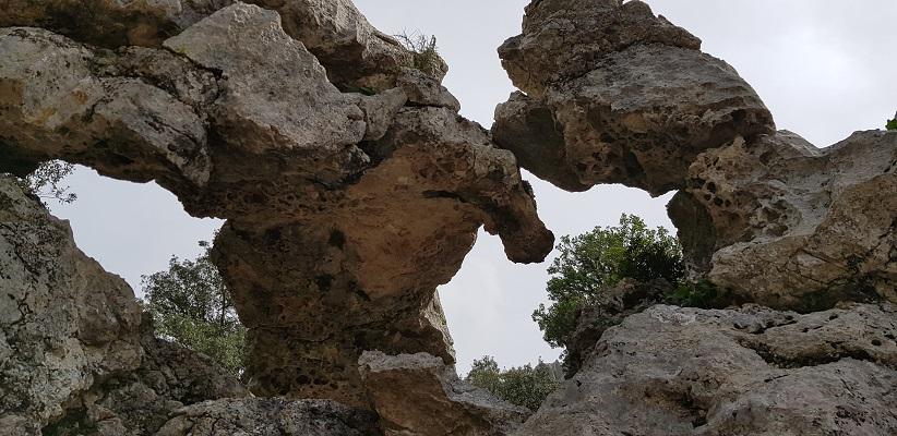 Grillige rotspartijen van kalk bij klooster Lluc op wandelvakantie in Tramuntanagebergte op Spaans eiland Mallorca