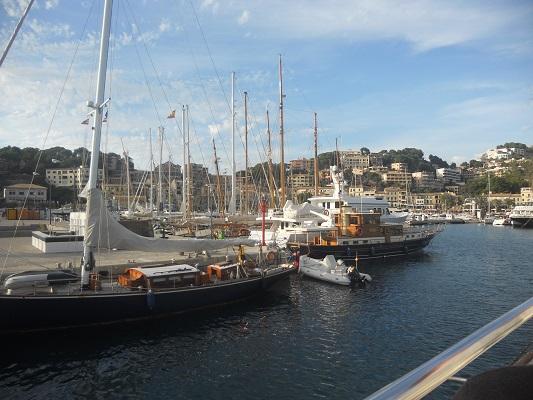 Haven van Port de Soller op wandelvakantie in Tramuntanagebergte op Spaans eiland Mallorca