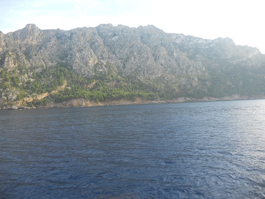 Zicht op kust op wandelvakantie in Tramuntanagebergte op Spaans eiland Mallorca