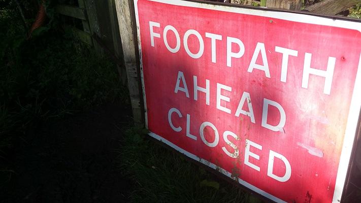 Footpath ahead closed in park Carlisle tijdens wandeling van Carlisle naar Bownes op wandelreis over Muur van Hadrianus in Engeland