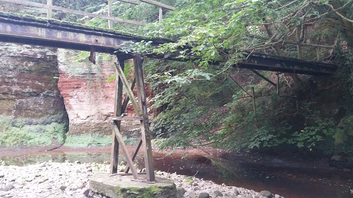 Oude voetbrug tijdens wandeling van Lanercost naar Carlisle tijdens wandelreis over Muur van Hadrianus in Engeland