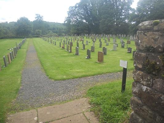 Kerkhof bij Abdij Lanercost tijdens wandeling van Lanercost naar Carlisle tijdens wandelreis over Muur van Hadrianus in Engeland
