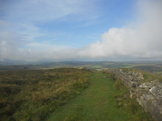De Muur van Hadrianus in het landschap op een wandeling van Once Brewed naar Lanercost op wandelreis over Muur van Hadrianus in Engeland