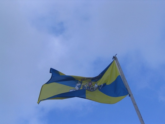 De vlag van Sao Miguel tijdens een wandelvakantie op eiland Sao Miguel op de Azoren