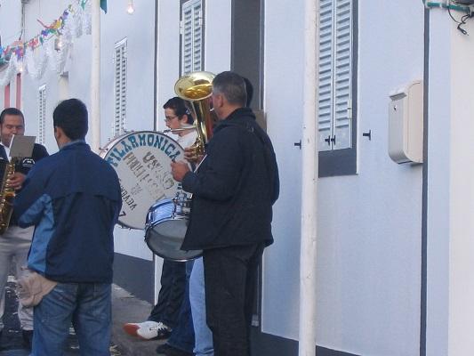 Muzikanten tijdens huwelijksceremonie tijdens een wandelvakantie op eiland Sao Miguel op de Azoren