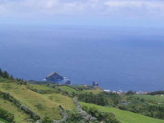 Kust en Atlantische Oceaan bij Sete Cidades tijdens een wandelvakantie op eiland Sao Miguel op de Azoren