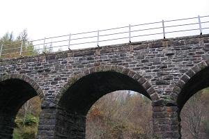 Oud viaduct bij Crainlarich tijdens wandelreis over de West Highland Way in Schotland