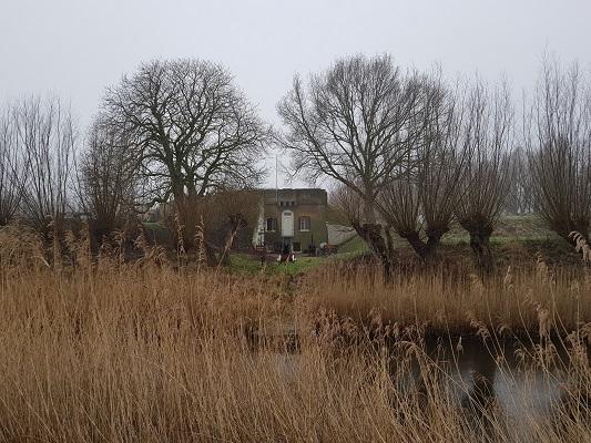 Fort de Hel bij Helwijk tijdens een wandeling over het Zuiderwaterliniepad van Dinteloord naar Willemstad