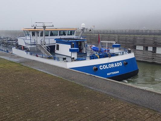 Schip in Volkeraksluizen tijdens een wandeling over het Zuiderwaterliniepad van Dinteloord naar Willemstad