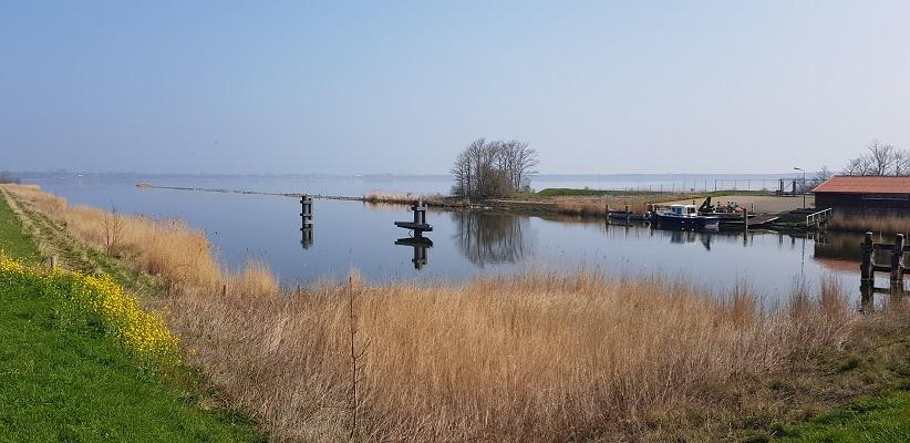 Wandelen over het Noord-Hollandpad van Nieuwesluis naar Den Oever langs het Amstelmeer