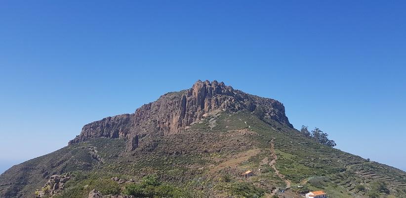 Wandeling op Canarisch Eiland La Gomera van Nationaal Park Garajonay naar Chipude bij tafelberg La Fortaleza