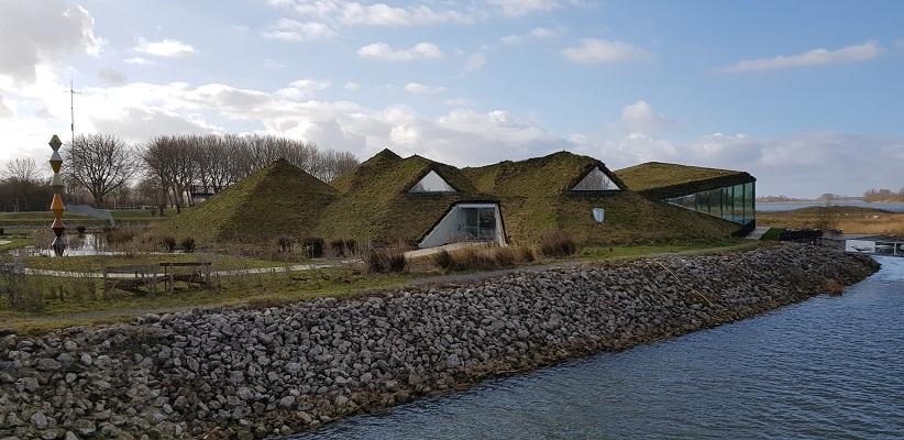 Wandelen over het vernieuwede Waterliniepad door de Noordwaard polder bij het Biesbosch museum