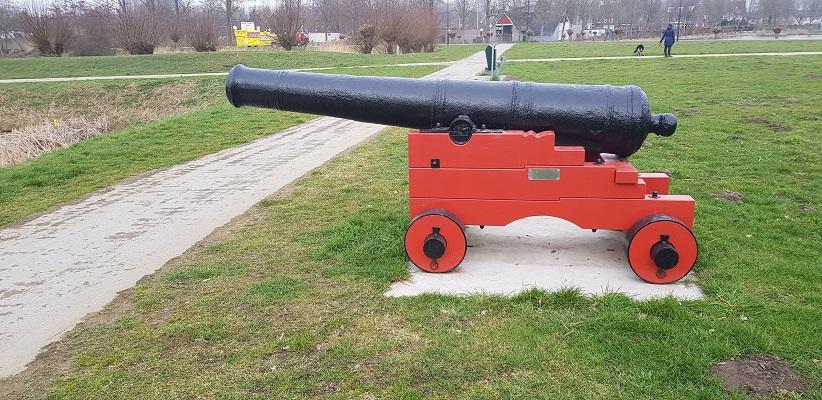 Kanon op vestingwerken in Geertruidenberg op een wandeling over de Zuiderwaterlinie van Oosterhout via Geertruidenberg naar Hooipolder