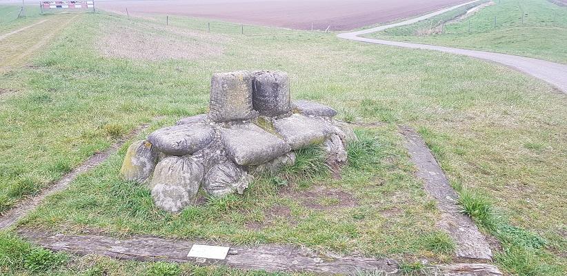 Monument dijkwerken langs de Donge op een wandeling over de Zuiderwaterlinie van Oosterhout via Geertruidenberg naar Hooipolder