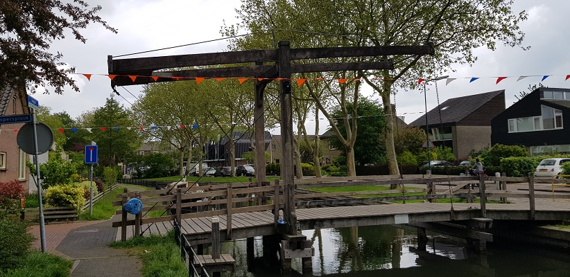 Wandelen van Harmelen naar Woerden over het Romeinse Limespad bij brug over Oude Rijn