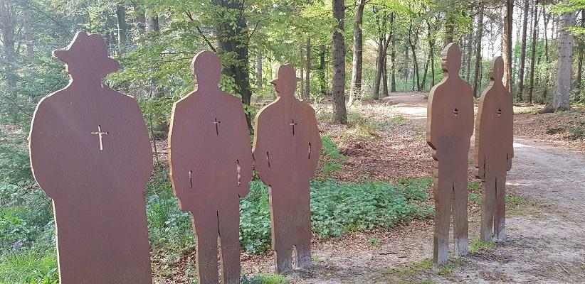 Wandelen langs het Westerborkpad bij monument Spaarbankbos