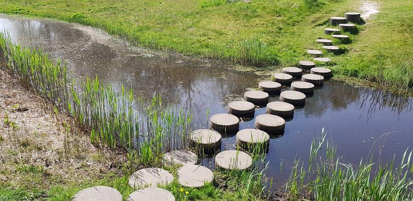 Wandelen langs het Westerborkpad bij voetstenen over Oude Diep in Wijster bij de VAM