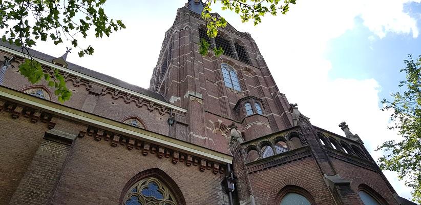 Wandeling van Gegarandeerd Onregelmatig over het Parkstadpad van Wandelen buiten de binnenstad van EIndhoven bij de Sint Joriskerk in Stratum