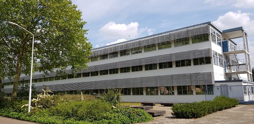 Wandelen buiten de binnenstad van Eindhoven over het Batapad bij het BATA-gebouw in Batadorp