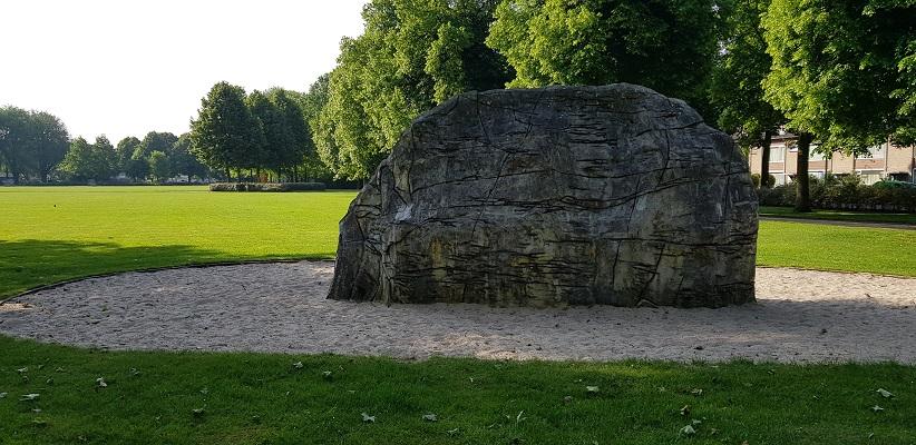 Wandelen buiten de binnenstad van Eindhoven over het Batapad in het Jacob Oppenheimpark