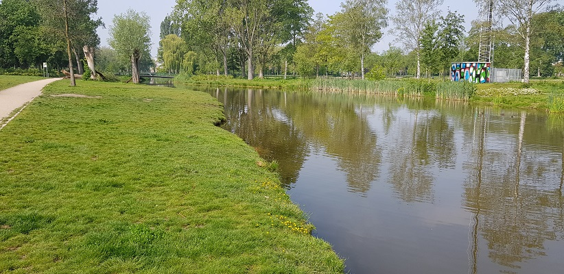 Wandeling buiten de binnenstad van Eindhoven over het Gestelpad langs afwateringskanaal