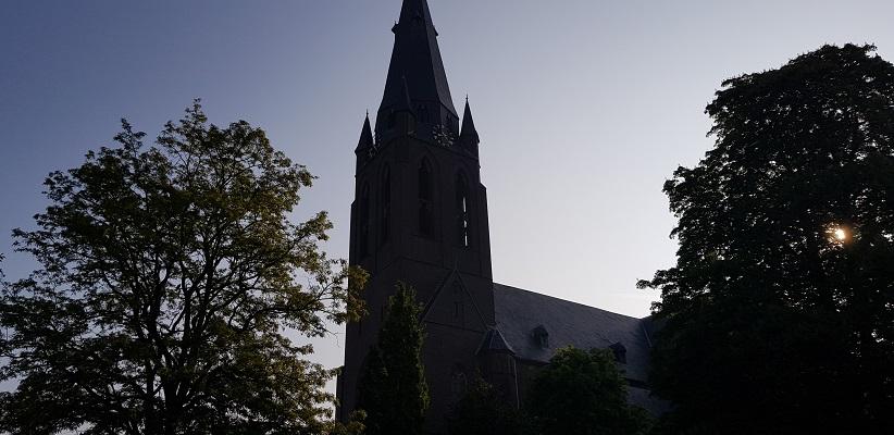 Wandeling buiten de binnenstad van Eindhoven over het Gestelpad bij kerk in Gestel