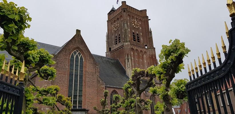Wandeling over het vernieuwde Waterliniepad van Woudrichem via voetveer naar Slot Loevestein bij kerk in Woudrichem