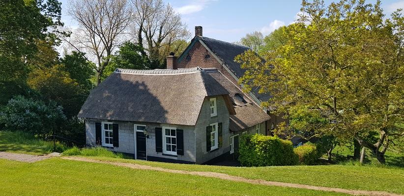 Wandeling over het vernieuwde Waterliniepad van Woudrichem via voetveer naar Slot Loevestein langs Gelderse boerderij