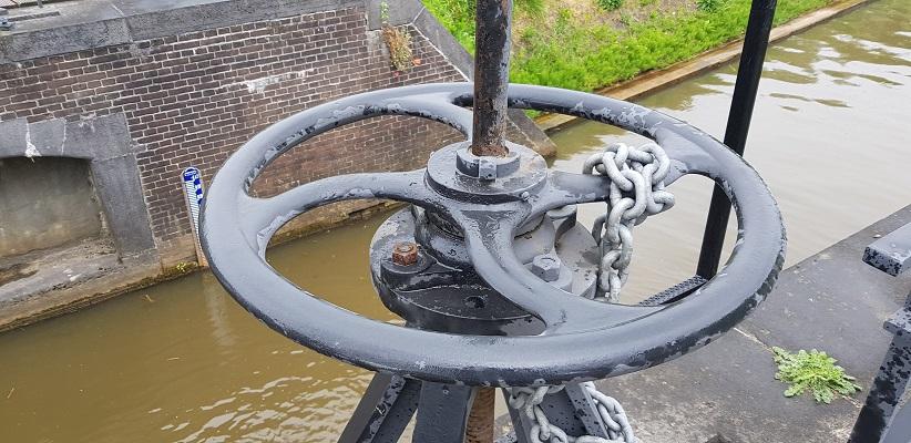 Wandeling over het vernieuwde Waterliniepad van Woudrichem via voetveer naar Slot Loevestein bij sluisje