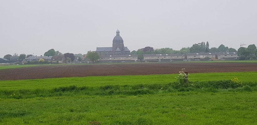 Wandeling over het vernieuwde Waterliniepad van Woudrichem via voetveer naar Slot Loevestein met zicht op Raamsdonk