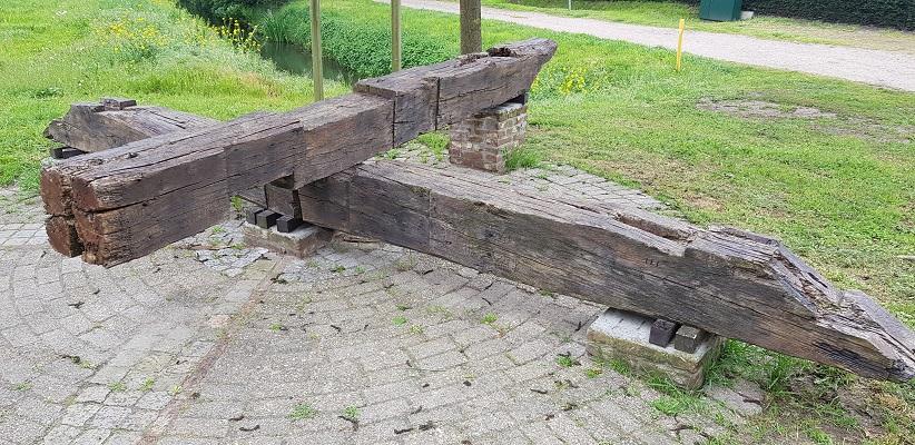 Wandeling over het vernieuwde Waterliniepad van Woudrichem via voetveer naar Slot Loevestein bij restanten oude standerdmolen in Waspik langs Halve Zolenlijn