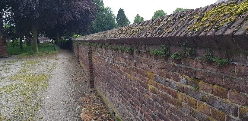 Historische wandeling Heemkunde Bakel bij kloostermuur
