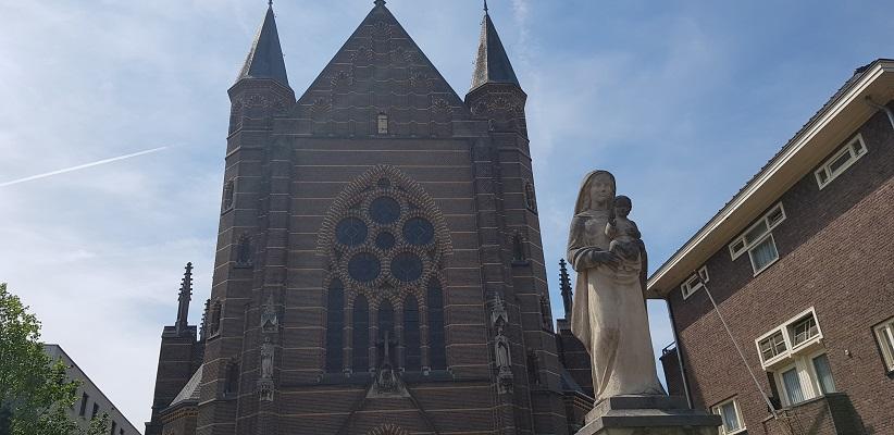 Wandelen buiten de binnenstad van Nijmegen over het Berg en Dalpad bij de Mariakerk