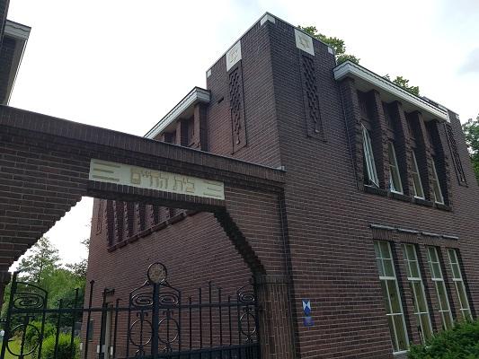 Wandelen buiten de binnenstad van Nijmegen over het Groesbeekpad naar Groesbeek bij Joods Kerkhof