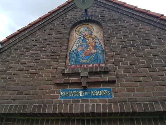 Wandelen buiten de binnenstad van Nijmegen over het Groesbeekpad naar Groesbeek bij kapel in Dekkerswald
