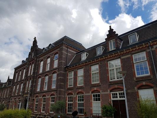 Wandelen buiten de binnenstad van Nijmegen over het Groesbeekpad naar Groesbeek bij kazerne