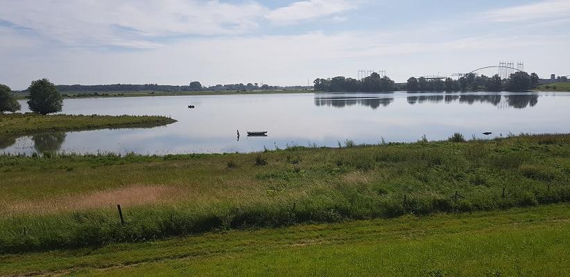 Wandeling buiten de binnenstad van Nijmegen over het Weurtpad bij het Weurtse grindgat