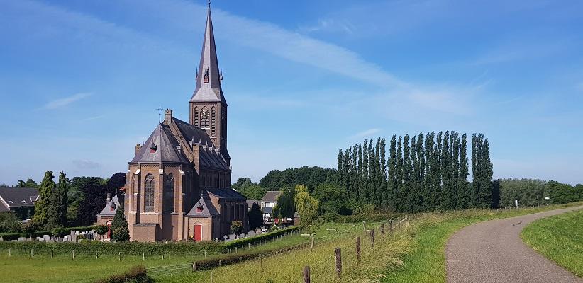 Wandeling buiten de binnenstad van Nijmegen over het Weurtpad bij de kerk in Weurt