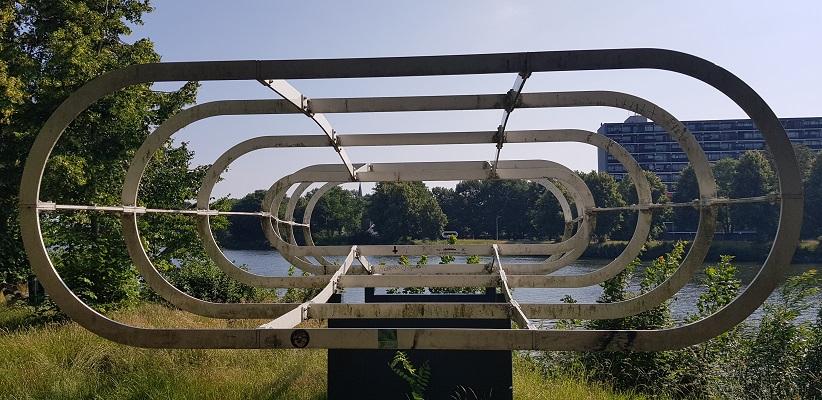 Ik maak een wandeling met de gids van Gegarandeerd Onregelmatig Buiten de binnenstad van Nijmegen over het Wijchenpad waar eens oude weg Neerbosch lag, nu Maas- Waalkanaal