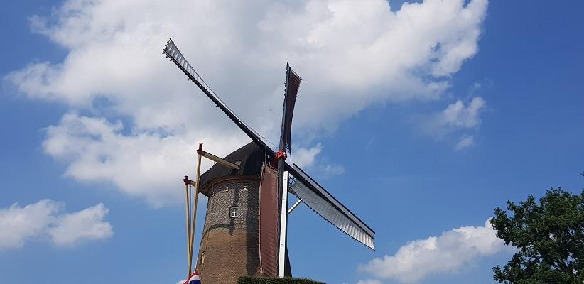 Ik maak een wandeling met de gids van Gegarandeerd Onregelmatig Buiten de binnenstad van Nijmegen over het Wijchenpad bij de Wijchense molen
