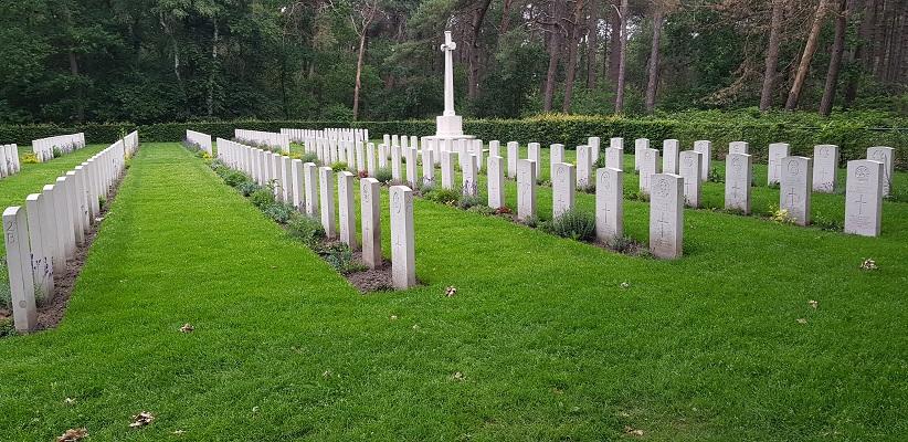 Wandeling over het Airbornepad van Kempervennen naar Genneper Park in EIndhoven bij Valkenswaard War Cemetery