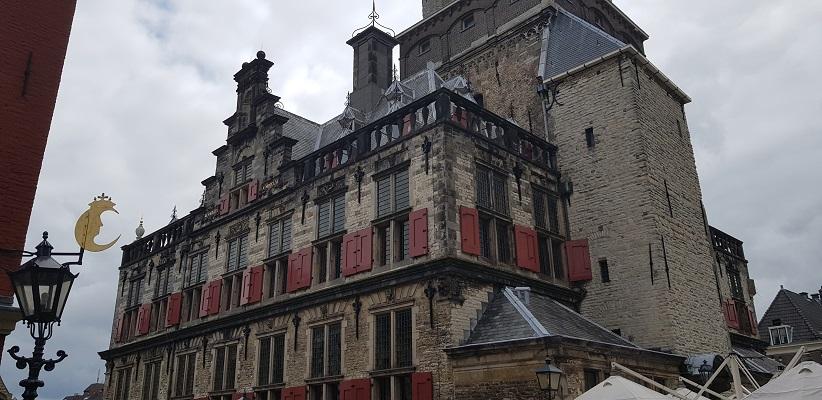 Wandelen naar de campus van de TU Delft bij het stadhuis
