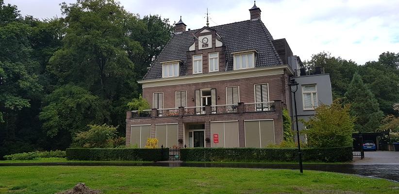 Wandelen buiten de binnenstad van Arnhem over het Parkenpad bij Angerenstein