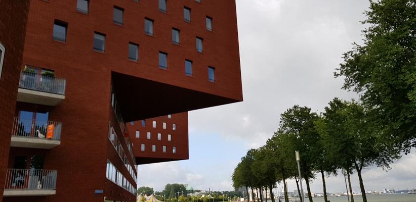 Wandeling buiten de binnenstad van Rotterdam over het Katendrechtpad op het Noordereiland
