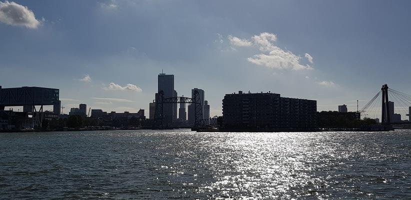 Wandeling buiten de binnenstad van Rotterdam over het Kralingseveerpad met de skyline van Rotterdam