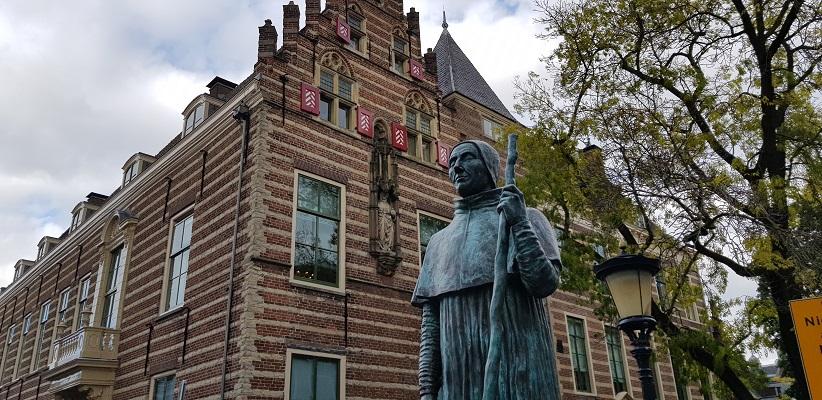 Wandeling door historisch Utrecht van de gids Utrecht acht keer anders van gegarandeerd onregelmatig bij beeld van enige Paus uit Nederland