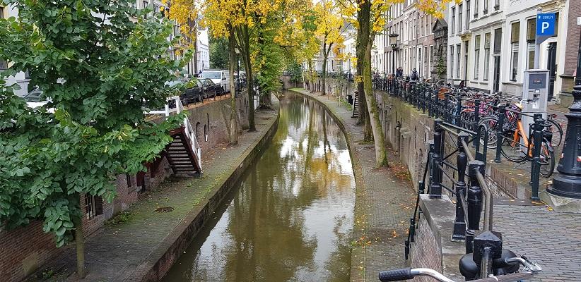 Wandeling door historisch Utrecht van de gids Utrecht acht keer anders van gegarandeerd onregelmatig bij de grachten