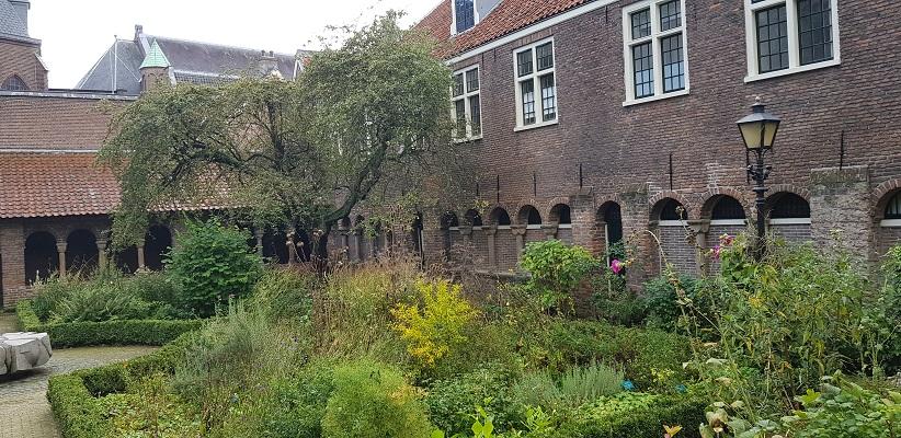 Wandeling door historisch Utrecht van de gids Utrecht acht keer anders van gegarandeerd onregelmatig bij de Immuniteit van Sante Marie