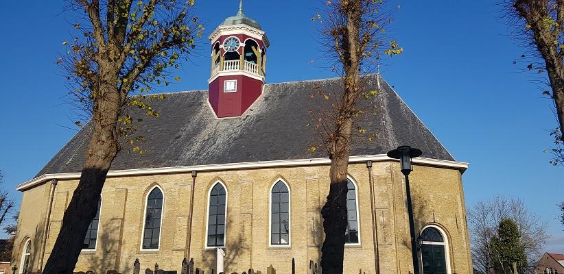 Wandeling over het Elfstedenpad van Witmarsum naar Allingawier bij de kerk in Witmarsum