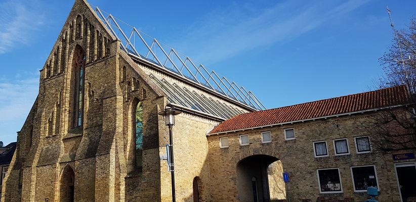 Wandeling over het Elfstedenpad van Witmarsum naar Allingawier bij de kerk in Bolsward